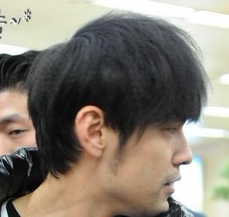 这个人跟周杰伦的发型有点像吗? (334x316)-个性小天王周杰伦发图片