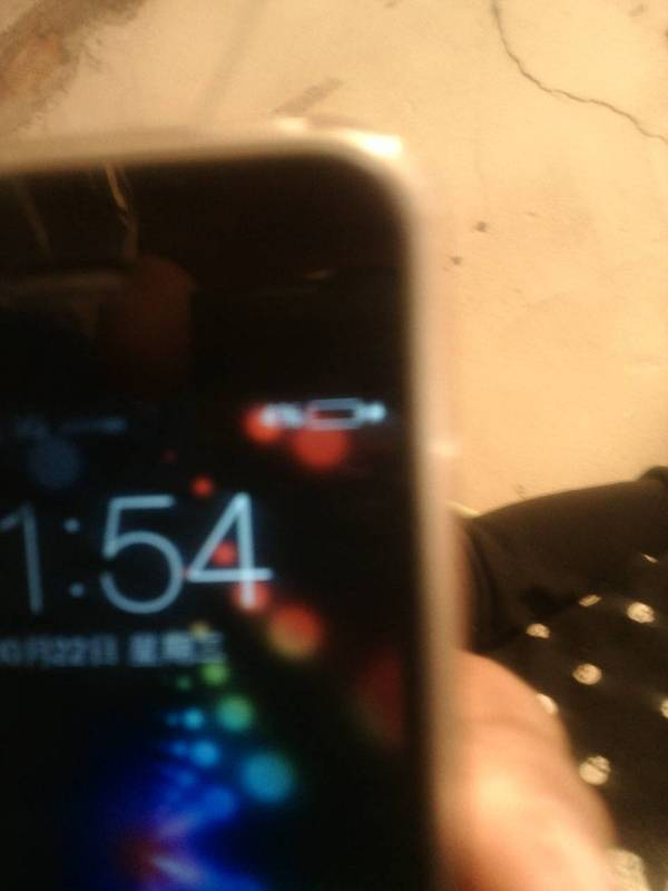 我的手机苹果4,充电的时候右上角的充电的小电池图标一直显示红