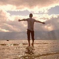 求一张欧美男头像 举高双手对着大海呐喊的头像