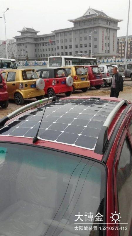 把太阳能板像贴纸一样安装在电动车上高清图片