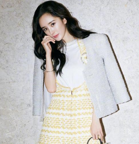 杨幂黄色照_照片中,杨幂身穿黄色连衣裙,狂撩发妩媚优雅.
