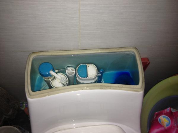马桶水箱盖怎么打开