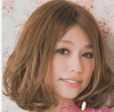 这是一款中长发的荷叶头发型图片